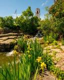 一个地方城市公园的花园有瀑布和集中处的 图库摄影