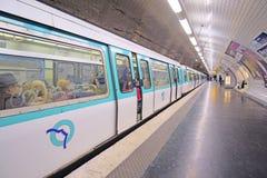 一个地铁车站的内部在巴黎 库存图片