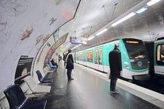一个地铁车站的内部在巴黎 图库摄影