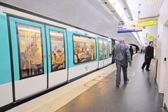 一个地铁车站的内部在巴黎 免版税库存照片