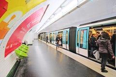 一个地铁车站的内部在巴黎 免版税图库摄影