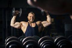 一个坚强的男性爱好健美者 免版税库存图片