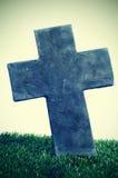 一个坟墓的石交叉在墓地 库存图片
