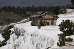 一个坟茔在大墓地(公墓)棉花堡的希拉波利斯古城的在土耳其 库存图片
