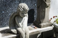 一个坟茔的细节与一个哀伤的天使的在没有拉斐特的公墓 1在市新奥尔良,路易斯安那 免版税库存照片