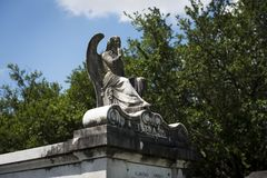 一个坟茔的细节与一个哀伤的天使的在没有拉斐特的公墓 1在市新奥尔良,路易斯安那 免版税库存图片