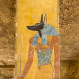 一个坟茔的阿努比斯在国王的谷 库存图片