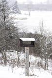 一个垂直的冬天风景的木手工制造鸟房子,雪, 图库摄影