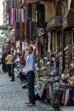 一个埃及人站立他的商店外在可汗el Khal'ili义卖市场在开罗,埃及 免版税图库摄影