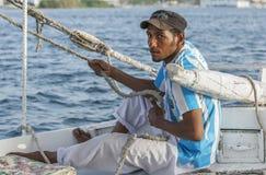 一个埃及人调整在小船的风帆 库存照片