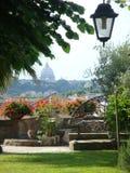 一个城市庭院的前景有在罗马意大利的圣皮特圣徒・彼得大教堂的所有圆顶的以后  免版税图库摄影