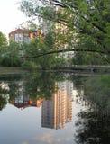 一个城市房子的反射在镇静水中 库存照片