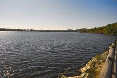 一个城市池塘的堤防在一个晴朗的夏日 免版税库存照片