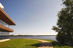 一个城市池塘的堤防在一个晴朗的夏日 免版税库存图片