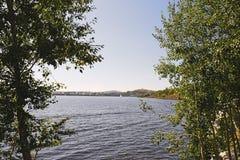 一个城市池塘的堤防在一个晴朗的夏日 库存照片