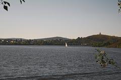 一个城市池塘的堤防在一个晴朗的夏日 免版税图库摄影