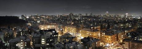 一个城市的全景视图在晚上 库存图片