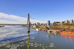 一个城市的冬天视图由河的 图库摄影