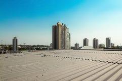一个城市的看法有少量大厦的在一美好的天蓝天 库存照片