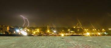 一个城市的美好的风景包括雷暴和雷电 免版税图库摄影