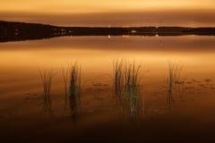 一个城市风景的小条在池塘的 库存照片