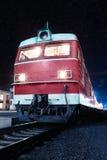 一个培训的机车在一个平台的在晚上 图库摄影