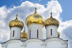 一个基督教会的金黄圆顶 免版税库存照片
