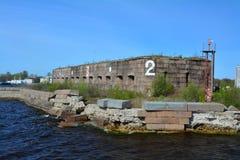 一个堡垒的废墟在Kronstadt,圣彼德堡,俄罗斯附近的芬兰湾 免版税库存图片