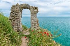 一个堡垒的拱道在保加利亚海岸的在海角Kaliakra 免版税库存照片