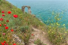 一个堡垒的拱道在保加利亚海岸的在海角Kaliakra 免版税库存图片