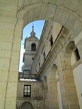 一个塔如被看见从一个庭院在埃斯科里亚尔修道院 库存照片