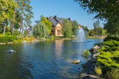 一个壮观的人为池塘和喷泉打造出它在乡间别墅附近 库存照片