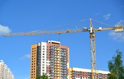 一个多层的住宅房子的建筑 免版税库存照片