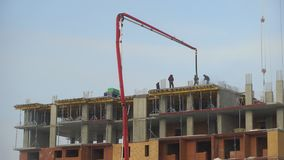 一个多层的公寓的建筑 4K 建筑工人倾吐水泥地板,建筑 影视素材