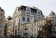 一个多层的大厦的灰色棕色门面与阳台和窗口的反对天空 免版税库存照片