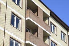 一个多层的新房的阳台和窗口 库存照片