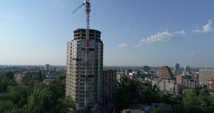 一个多层的高房子,在建造场所,建筑的看法的一架塔吊的建筑现代 股票录像