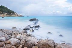 一个多岩石的海滩的长的曝光图象在风暴前的 免版税图库摄影