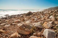 一个多岩石的海滩开普敦 免版税库存照片