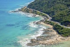 一个多岩石的海滩的海岸线沿大洋路,维多利亚的 免版税图库摄影
