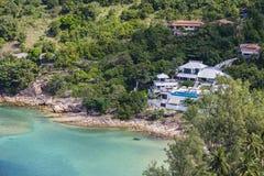 一个多岩石的海滩的热带平房在海旁边 酸值Phangan海岛,泰国 库存照片