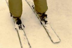 一个多雪的倾斜的滑雪者 库存图片