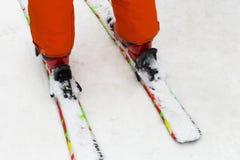 一个多雪的倾斜的滑雪者 免版税图库摄影