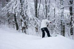 一个多雪的倾斜的年轻挡雪板 库存图片