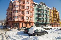 一个多雪的堤防的夏天旅馆在冬天波摩莱保加利亚 库存照片