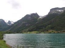 一个多雪的山和湖的图片 库存图片