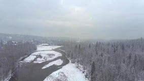 一个多雪的森林、一条小河和一个镇Tatra山的,波兰的鸟瞰图 库存照片