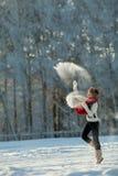 一个多雪的毛茸的敞篷的少妇 免版税图库摄影