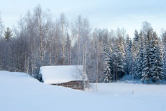 一个多雪的风景的一座小屋 库存照片