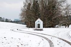 一个多雪的风景的教堂在冬天 库存图片